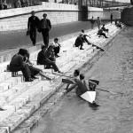 1966. augusztus 10. A pesti Duna-parton üldögélők kajakosokkal beszélgetnek  a Sávoly Pál tervei szerint 1964-ben újjáépített Erzsébet híd alatt. A  háttérben a renováláshoz felállványozott Szabadság híd. MTI Fotó: Szebellédy Géza