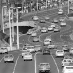 1982. augusztus 10. Autós forgalom az Erzsébet híd pesti hídfőjénél. MTI Fotó: Kozák Albert
