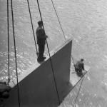 1964. április 3. Comba József brigádja végzi a pesti oldalon az Erzsébet híd első merevítője behelyezését, mellyel megkezdődött a meder feletti pályatest szerelése. MTI Fotó: Bodnár László