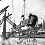 1956. június 25. Négy úszódaru emeli ki a Dunából a II. világháborúban felrobbantott Erzsébet híd 70 méter hosszú, 150 tonna súlyú darabját. MTI Fotó: Sziklai Dezső