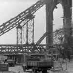1960. május 16. Elkészült az Erzsébet-híd pesti hídfőjénél a forgalmat védő kettős védőalagút, melynek egyik része alatt a villamos, a másik alatt a közúti forgalmat bonyolítják le. A közúti részen ZiSz-150-es TEFU (Teherfuvarozási Vállalat) teherautó szállítja rakományát, a háttérben a pesti hídfő (kapuzat) és a szerelőszőnyeg részlete látható. MTI Fotó: Tar András