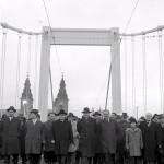 1964. november 21. Kádár János, a Magyar Szocialista Munkáspárt Központi Bizottságának első titkára, a Minisztertanács elnöke (k) vezetésével az MSZMP vezetői, a kormánytagok az újjáépített Erzsébet hídon elindulnak a budai oldalra, amikor az újjáépített hidat átadják a forgalomnak. A hidat 1945. január 18-án a visszavonuló német csapatok lerombolták. MTI Fotó: Vigovszki Ferenc