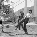 1981. május 11. Fiúk fociznak a Március 15. téren az Erzsébet híd pesti hídfőjének szomszédságában. A híd mögött a Gellért-hegy emelkedik, tetején a Citadellával és a Szabadság-szoborral. MTI Fotó: Benkő Imre