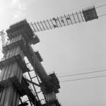 1963. május 2. Építőmunkások dolgoznak a magasban a pilonokra függesztett szerelőszőnyegen az Erzsébet híd építkezésen. MTI Fotó: Bara István