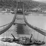 1964. május 11. Az Erzsébet híd pályatestjeinek szerelési munkálatait végzik a munkások a szerelőszőnyegről. A híd alatt egy gőzhajó halad el. MTI Fotó: Bara István