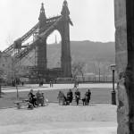 1957. április 9. Emberek pihennek az Erzsébet híd romos pesti hídfőjénél 1957 tavaszán. Háttérben a Gellért-hegy. MTI Fotó: Körösi Ida