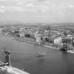 1964. április 23. Kilátás a Gellért-hegyről a Dunára. Előtérben az épülő Erzsébet híd. Háttérben a pesti oldal. MTI Fotó: Kácsor László