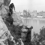 1960. október 12. Gráf József és Kubik Pál, a Fővárosi Csatornázási Művek mélyépítési csoportjának dolgozói megvizsgálják a Gellért-hegy egyik meglazult szikláját, hogy előkészítsék betonozással való megerősítését. A háttérben a romos Erzsébet híd pesti hídfője. MTI Fotó: Mikó László