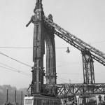 1960. február 26. Munkások bontjanak egy pavilont az Erzsébet híd pesti hídfőjénél, amikor elkezdték a II. világháború végén a németek által felrobbantott híd újjáépítését. Előtérben a 2-es villamos halad. MTI Fotó: Fényes Tamás