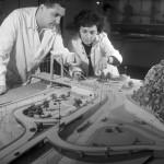 1962. július 5. Az UVATERV mérnökei az Erzsébet híd budai feljárójának makettjét nézik. MTI Fotó: Fényes Tamás