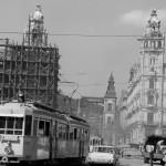 1964. június 3. A Klotild paloták, amelyekből a baloldali felújítás alatt áll, középen az Erzsébet híd, mellette a Belvárosi Főplébániatemplom a Felszabadulás téren (1990-től Ferenciek tere). MTI Fotó: Fényes Tamás