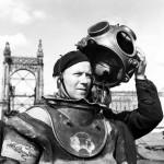 1954. május 19. Fenyvesi Antal búvárt felkészítik a leszállásra a II. világháborúban felrobbantott Erzsébet híd roncsainak a Dunából való kiemelésén. MTI Fotó: Mező Sándor