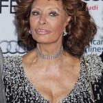 Sophia Loren olasz színésznő a tiszteletére rendezett estélyre érkezik az Amerikai Filmintézet, az AFI fesztiválján a Los Angeles-i Dolby Színházba 2014. november 12-én. (MTI/EPA/Jimmy Morris)