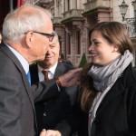 Brun-Hagen Hennerkes, a Családi Vállalkozásokért Alapítvány (Stiftung Familienunternehmen) elnöke (b) köszönti Orbán Viktor miniszterelnököt (k) és lányát, Sárát az alapítvány rendezvényén a németországi Baden-Badenben 2014. november 21-én. (MTI/EPA/Patrick Seeger)