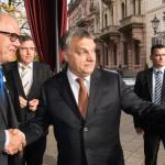 Brun-Hagen Hennerkes, a Családi Vállalkozásokért Alapítvány (Stiftung Familienunternehmen) elnöke (b) köszönti Orbán Viktor miniszterelnököt az alapítvány rendezvényén a németországi Baden-Badenben 2014. november 21-én. (MTI/EPA/Patrick Seeger)