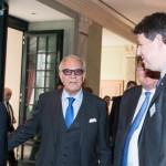 Brun-Hagen Hennerkes, a Családi Vállalkozásokért Alapítvány (Stiftung Familienunternehmen) elnöke (k) köszönti Orbán Viktor miniszterelnököt (b) az alapítvány rendezvényén a németországi Baden-Badenben 2014. november 21-én. (MTI/EPA/Patrick Seeger)