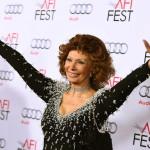 Sophia Loren olasz színésznő a tiszteletére rendezett estélyre érkezik az Amerikai Filmintézet, az AFI fesztiválján a Los Angeles-i Dolby Színházba 2014. november 12-én. (MTI/AP/Invision/Jordan Strauss)