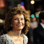 Sophia Loren olasz színésznő a tiszteletére rendezett estélyre érkezik az Amerikai Filmintézet, az AFI fesztiválján a Los Angeles-i Dolby Színházba 2014. november 12-én. (MTI/AP/Invision/Chris Pizzello)
