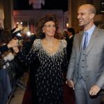 Sophia Loren olasz színésznő a tiszteletére rendezett estélyre érkezik egyik fiával, Edoardo Ponti olasz-amerikai rendezővel az Amerikai Filmintézet, az AFI fesztiválján a Los Angeles-i Dolby Színházba 2014. november 12-én. (MTI/AP/Invision/Chris Pizzello)