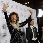 Sophia Loren olasz színésznő a tiszteletére rendezett estélyre érkezik egyik fia, ifjabb Carlo Ponti karmester és felesége, Mészáros Andrea magyar hegedűművész társaságában az Amerikai Filmintézet, az AFI fesztiválján a Los Angeles-i Dolby Színházba 2014. november 12-én. (MTI/AP/Invision/Jordan Strauss)