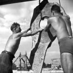 1950. szeptember 6. Munkások dolgoznak a II. világháborúban lerombolt Erzsébet híd budai pilonja roncsainak kiemelésén. MTI Fotó/Magyar Fotó: Farkas Tamás