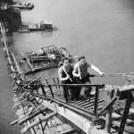 1950. szeptember 6. Az állványzat lépcsőjén mennek föl a II. világháborúban lerombolt Erzsébet híd roncsainak kiemelésén dolgozó munkások. MTI Fotó/Magyar Fotó: Farkas Tamás