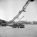 1950. szeptember 6. A II. világháborúban lerombolt Erzsébet híd roncsainak kiemelését segítő függő szerkezet. MTI Fotó/Magyar Fotó: Farkas Tamás