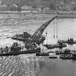 1954. szeptember 18. Romeltakarító hajók emelik ki a Dunából az Erzsébet híd roncsait. MTI Fotó/Magyar Fotó: Hollenzer Béla