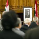 A nyilasok által 70 éve kivégzett Bajcsy-Zsilinszky Endre portréja az emlékére rendezett ülésen a Parlamentben 2014. december 13-án. MTI Fotó: Mohai Balázs
