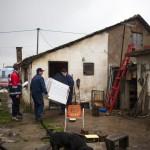 A szállítmányozó cég munkatársai szállítanak ki egy háztartási gépet a szerbiai Obrenovacban 2014. december 10-én. Kályhát, mosógépet, hűtőszekrényt, tűzhelyet kapott 105 szerb család a Magyar Máltai Szeretetszolgálattól a Belgrádhoz közeli településen, amelyet a legsúlyosabban érintettek a májusi pusztító árvizek. Balról Horváth Rudolf, a szeretetszolgálat önkéntese. MTI Fotó: Marjai János