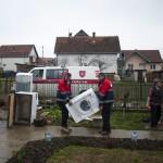 Horváth Rudolf, a Magyar Máltai Szeretetszolgálat önkéntese (b) és Adányi László, a szeretetszolgálat vészhelyzet-kezelési munkacsoportjának vezetője (b2) szállít ki egy háztartási gépet a szerbiai Obrenovacban 2014. december 10-én. Kályhát, mosógépet, hűtőszekrényt, tűzhelyet kapott 105 szerb család a Magyar Máltai Szeretetszolgálattól a Belgrádhoz közeli településen, amelyet a legsúlyosabban érintettek a májusi pusztító árvizek. MTI Fotó: Marjai János