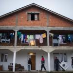 A szállítmányozó cég munkatársai és Horváth Rudolf, a szeretetszolgálat önkéntese (b2) szállít ki egy háztartási gépet a szerbiai Obrenovacban 2014. december 10-én. Kályhát, mosógépet, hűtőszekrényt, tűzhelyet kapott 105 szerb család a Magyar Máltai Szeretetszolgálattól a Belgrádhoz közeli településen, amelyet a legsúlyosabban érintettek a májusi pusztító árvizek. MTI Fotó: Marjai János