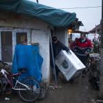 A szállítmányozó cég munkatársai és Horváth Rudolf, a szeretetszolgálat önkéntese (j) szállít ki egy háztartási gépet a szerbiai Obrenovacban 2014. december 10-én. Kályhát, mosógépet, hűtőszekrényt, tűzhelyet kapott 105 szerb család a Magyar Máltai Szeretetszolgálattól a Belgrádhoz közeli településen, amelyet a legsúlyosabban érintettek a májusi pusztító árvizek. MTI Fotó: Marjai János