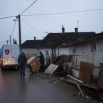 A szállítmányozó cég munkatársai szállítanak ki egy háztartási gépet a szerbiai Obrenovacban 2014. december 10-én. Kályhát, mosógépet, hűtőszekrényt, tűzhelyet kapott 105 szerb család a Magyar Máltai Szeretetszolgálattól a Belgrádhoz közeli településen, amelyet a legsúlyosabban érintettek a májusi pusztító árvizek. MTI Fotó: Marjai János