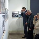 Kun Szabó István, a Honvédelmi Minisztérium társadalmi kapcsolatokért felelős helyettes államtitkára (b) a Nézőpontok - Térhatású fényképek a nagy háborúról című kiállítás megnyitóján a Magyar Nemzeti Múzeumban 2014. december 19-én. MTI Fotó: Marjai János