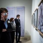 Látogatók a Nézőpontok - Térhatású fényképek a nagy háborúról című kiállítás megnyitóján a Magyar Nemzeti Múzeumban 2014. december 19-én. MTI Fotó: Marjai János