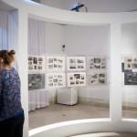 Egy látogató A front felett című kiállítás megnyitója után a  Magyar Nemzeti Múzeumban Budapesten 2014. december 19-én. MTI Fotó: Marjai János