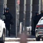 Rohamrendőrök annak a sydneyi kávéháznak a közelében 2014. december 15-én, ahol iszlamisták túszul ejtettek több embert. A rendőrség legalább egy fegyveres túszejtőről beszélt, azt viszont továbbra sem közölte, hogy hány embert tartanak fogva. (MTI/EPA/Dan Himbrechts)