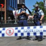 Rendőrök annak a sydneyi kávéháznak a közelében 2014. december 15-én, ahol iszlamisták túszul ejtettek több embert. A rendőrség legalább egy fegyveres túszejtőről beszélt, azt viszont továbbra sem közölte, hogy hány embert tartanak fogva. (MTI/EPA/Dan Himbrechts)