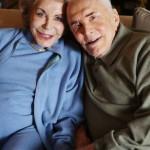 2014. december 5-i felvétel Kirk Douglas amerikai színészről és feleségéről, Anne Buydensről Beverly Hills-i otthonukban, négy nappal Douglas 98. születésnapja előtt. A pár 1954-ben házasodott össze. (MTI/AP/Invision/Matt Sayles)