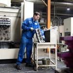 Egy dolgozó alumínium hengerfejet tisztít a Nemak Győr Kft. győri üzemében 2015. január 27-én. A kormány stratégiai megállapodást kötött a Kft.-vel, amely a Nemak vállalatcsoport legnagyobb európai hengerfejgyártó üzeme. A mexikói székhelyű Nemak cégcsoport csúcstechnológiájú alumínium hengerfejeket gyárt a világ vezető autóipari vállalatai számára. MTI Fotó: Krizsán Csaba