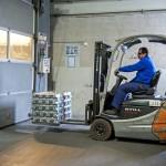 Egy dolgozó alumínium alapanyagot szállít targoncán az olvasztó kohóba a Nemak Győr Kft. győri üzemében 2015. január 27-én. A kormány stratégiai megállapodást kötött ezen a napon a kft.-vel, amely a Nemak vállalatcsoport legnagyobb európai hengerfejgyártó üzeme. A mexikói székhelyű Nemak cégcsoport csúcstechnológiájú alumínium hengerfejeket gyárt a világ vezető autóipari vállalatai számára. MTI Fotó: Krizsán Csaba
