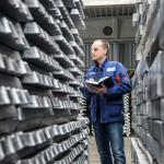 Egy dolgozó az alumínium alapanyag szállítólevelét ellenőrzi a Nemak Győr Kft. győri üzemében 2015. január 27-én. A kormány stratégiai megállapodást kötött ezen a napon a kft.-vel, amely a Nemak vállalatcsoport legnagyobb európai hengerfejgyártó üzeme. A mexikói székhelyű Nemak cégcsoport csúcstechnológiájú alumínium hengerfejeket gyárt a világ vezető autóipari vállalatai számára. MTI Fotó: Krizsán Csaba