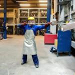 Egy dolgozó az olvasztókemence kiömlőnyílását tisztítja a Nemak Győr Kft. győri üzemében 2015. január 27-én. A kormány stratégiai megállapodást kötött ezen a napon a kft.-vel, amely a Nemak vállalatcsoport legnagyobb európai hengerfejgyártó üzeme. A mexikói székhelyű Nemak cégcsoport csúcstechnológiájú alumínium hengerfejeket gyárt a világ vezető autóipari vállalatai számára. MTI Fotó: Krizsán Csaba