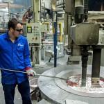 Egy dolgozó salakot mer ki az olvasztókemencéből a Nemak Győr Kft. győri üzemében 2015. január 27-én. A kormány stratégiai megállapodást kötött ezen a napon a kft.-vel, amely a Nemak vállalatcsoport legnagyobb európai hengerfejgyártó üzeme. A mexikói székhelyű Nemak cégcsoport csúcstechnológiájú alumínium hengerfejeket gyárt a világ vezető autóipari vállalatai számára. MTI Fotó: Krizsán Csaba