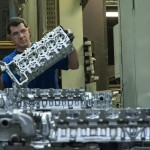 Egy dolgozó alumínium hengerfejeket pakol egymásra a Nemak Győr Kft. győri üzemében 2015. január 27-én. A kormány stratégiai megállapodást kötött ezen a napon a kft.-vel, amely a Nemak vállalatcsoport legnagyobb európai hengerfejgyártó üzeme. A mexikói székhelyű Nemak cégcsoport csúcstechnológiájú alumínium hengerfejeket gyárt a világ vezető autóipari vállalatai számára. MTI Fotó: Krizsán Csaba