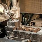 Robotkar olvasztott alumíniumot önt formába a Nemak Győr Kft. győri üzemében 2015. január 27-én. A kormány stratégiai megállapodást kötött ezen a napon a kft.-vel, amely a Nemak vállalatcsoport legnagyobb európai hengerfejgyártó üzeme. A mexikói székhelyű Nemak cégcsoport csúcstechnológiájú alumínium hengerfejeket gyárt a világ vezető autóipari vállalatai számára. MTI Fotó: Krizsán Csaba