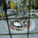 Robotkar olvasztott alumíniumot merít az olvasztókemencéből a Nemak Győr Kft. győri üzemében 2015. január 27-én. A kormány stratégiai megállapodást kötött ezen a napon a kft.-vel, amely a Nemak vállalatcsoport legnagyobb európai hengerfejgyártó üzeme. A mexikói székhelyű Nemak cégcsoport csúcstechnológiájú alumínium hengerfejeket gyárt a világ vezető autóipari vállalatai számára. MTI Fotó: Krizsán Csaba