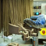 Egy dolgozó öntőformát tisztít a Nemak Győr Kft. győri üzemében 2015. január 27-én. A kormány stratégiai megállapodást kötött ezen a napon a kft.-vel, amely a Nemak vállalatcsoport legnagyobb európai hengerfejgyártó üzeme. A mexikói székhelyű Nemak cégcsoport csúcstechnológiájú alumínium hengerfejeket gyárt a világ vezető autóipari vállalatai számára. MTI Fotó: Krizsán Csaba