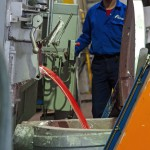 Egy dolgozó olvasztott alumíniumot önt a szállítóedénybe a Nemak Győr Kft. győri üzemében 2015. január 27-én. A kormány stratégiai megállapodást kötött ezen a napon a kft.-vel, amely a Nemak vállalatcsoport legnagyobb európai hengerfejgyártó üzeme. A mexikói székhelyű Nemak cégcsoport csúcstechnológiájú alumínium hengerfejeket gyárt a világ vezető autóipari vállalatai számára. MTI Fotó: Krizsán Csaba